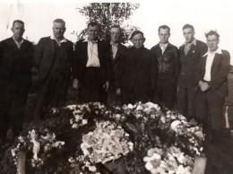 WWII Groupe D'Hommes Autour De Gerbes De Fleurs Enterrement? Ancienne Photo 1942 - War, Military
