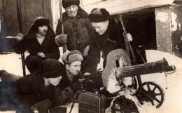 Russie En Hiver Militaires Et Mitrailleuse Fusils 2 Anciennes Photos 1951 - War, Military