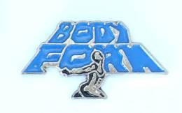 Pin's  BODY FORM - Femme Culturiste Levant Le Logo - H235 - Other