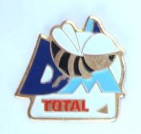 Pin's TOTAL - Lettre D - Abeille - Imprim Pub - H239 - Fuels