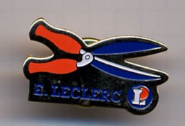 """{07111} Pin's """" Leclerc , Cisaille Taille-haie """".            """" En Baisse """" - Trademarks"""