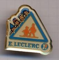 """{07114} Pin's """" Leclerc , Panneau école """".            """" En Baisse """" - Trademarks"""