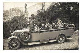 65 CARTE PHOTO GRANDE VOITURE/PETIT CAR DE TOURISTES LOURDES GARAGE PEYRUCO 1935 CPA 2 SCANS - Toerisme