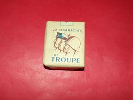 PAQUET DE 20 CIGARETTES DE TROUPE MODELE AVEC DES SOLDATS DES 3 ARMES DE PROFIL , ANNEE 1950 GUERRE INDOCHINE , BON ETAT - Equipment