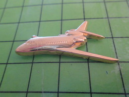 713g Pin's Pins / Beau Et Rare : Thème AVION AVIATION / METAL JAUNE TRIREACTEUR COMMERCIAL Par PICHARD SAUMUR - Airplanes