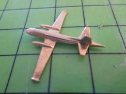 713g Pin's Pins / Beau Et Rare : Thème AVION AVIATION / METAL JAUNE AVION DE PATROUILLE MARITIME  Par PICHARD SAUMUR - Airplanes
