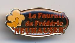 """{07134} Pin's """" Le Fournil De Frédéric Neuhauer """".            """" En Baisse """" - Food"""