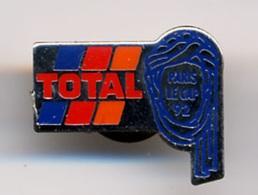 """{07128} Pin's """" TOTAL , Paris Le Cap 92 """". """" En Baisse """" - Unclassified"""
