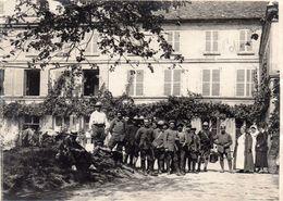 SOISSONS - Un Groupe De Soldats Et Infirmières Dans La Ville - Aisne Guerre 1914 1918 - 1914-18