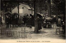 CPA PARIS 8e La Bourse Aux Timbres Un Jour De Pluie Les Intrépides (700719) - Arrondissement: 08