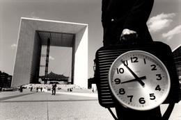 Grande Photo D'art Originale - Le Temps Qui Court à La Défense Au Quartier D'affaires Situé à Paris Vers 1990 - Plaatsen