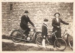 Photographie De Moto Ancienne, Promenade En Famille, Marque à Trouver, Photo Vers 1940 - Automobiles