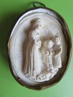 175 - Médaillon Plâtre Et Laiton - Apparition De N.D De La Salette à Deux Petits Bergers - Art Populaire