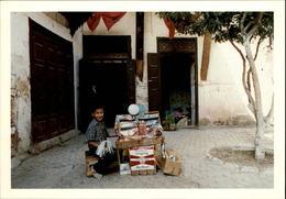 MAROC - FEZ - Jeune Vendeur De Frandises Et De Cigarettes - 1989 - Photo: KERVINIO - Fez (Fès)