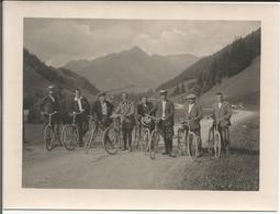 Cyclisme, Promenade à Vélos Dans Les Alpes, Photo Cartonnée Format 14-19 - Cyclisme