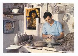 06 Vallauris Poterie De Mr Giuge Maître Artisan Potier Au Tour Devant Affiche D'un Tableau De Picasso - Vallauris