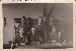 Foto Gruppe Deutsche Soldaten Auf Der Unterkunft - 2. WK - 8*5cm (35705) - Krieg, Militär