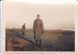 Foto Deutscher Soldat In Langem Mantel - 2. WK - 7,5*5,5cm (35722) - War, Military