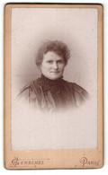 Photo A. Gerschel, Paris, Portrait De Lächelnde Dame Avec Ohrringen Et Stickerei Am Kragen - Anonymous Persons