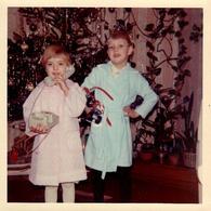 Photo Couleur Carrée B.B. Originale Enfants & Leurs Cadeaux De Noël : Téléphone Fixe Filaire Et Patins à Roulettes 1969 - Personnes Anonymes