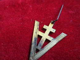 Insigne à épingle  /Croix De Lorraine  / Laiton  Embouti/ Libération  /Vers 1945         MED232 - Insegne
