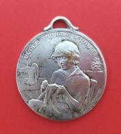 Médaille En Métal Blanc - École Ménagère Pour Orphelins De Guerre - École Uruguay France à Avon - Professionals / Firms