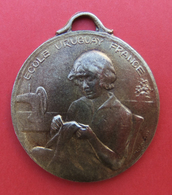Médaille En Métal Jaune - École Ménagère Pour Orphelins De Guerre - École Uruguay France à Avon - Professionals / Firms