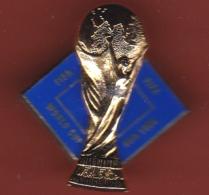 53201- Pin's-coupe Du Monde De Football.USA 1984.double Moule.signé FIFA . - Football