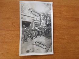 WW2 GUERRE 39 45  CHAUMONT HAUTE MARNE PHOTO SOLDATS ALLEMANDS FANFARE PASSANT DEVANT GARAGE MODERNE - 1939-45