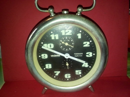 VINTAGE RÉVEIL MÉCANIQUE VEDETTE TORNADO RÉPÉTITION à Daté  Fonctionne Heure Et Sonnerie Non Nettoyé - Alarm Clocks
