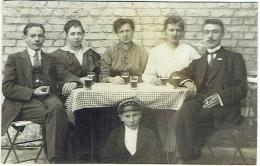 Carte Photo. Couple Avec Bière Et Enfant Avec Casquette D'Etudiant. - Personnes Anonymes