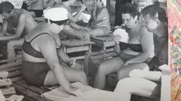 PHOTO ANCIENNE PHOTO JEU DE CARTES ** VINTAGE PHOTO  -  PLAYING CARDS At The Beach - 1950s - Guerre, Militaire