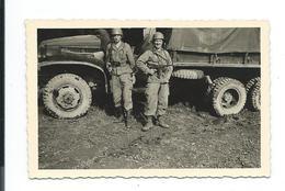 PHOTO 9 X 6,5 Cm De 1954.. BAUMHOLDER (Allemagne) MILITAIRES Avec MITRAILLETTE, CAMION...2 Scans - War, Military