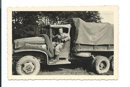 PHOTO 9 X 6,5 Cm De 1954.. BAUMHOLDER (Allemagne) MILITAIRE Avec MITRAILLETTE, CAMION...2 Scans - War, Military