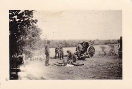 Foto Deutsche Soldaten Mit Geschütz In Feuerstellung - Artillerie - 2. WK - 6*4cm (35773) - War, Military
