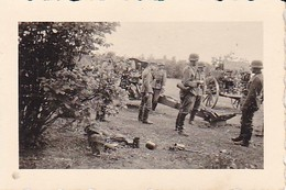 Foto Deutsche Soldaten Mit Geschütz In Feuerstellung - Artillerie - 2. WK - 6*4cm (35775) - War, Military
