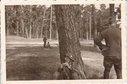 Foto Deutscher Soldat Bei Rast - Stahlhelm - 2. WK - 8,5*5,5cm (35776) - War, Military