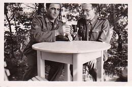Foto 2 Deutsche Soldaten Mit Biergläsern - 2. WK - 6*4cm (35779) - Guerre, Militaire