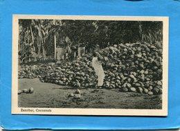 TANZANIE-Zanzibar-cocoanuts*un Travailleur-devant Le Tas -années30 - Tanzanie