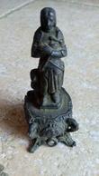 Statuette Miniature En Régule - JEANNE D ' ARC Sur Socle Au Décor Religieux  - Croix - Sacré Coeur De Jésus... - Religion & Esotericism