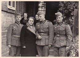 Foto 3 Deutsche Soldaten Mit Damen  - 2. WK - 11*8cm (35792) - Krieg, Militär