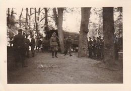 Foto Deutsche Soldaten Mit LKW Bei Rast - 2. WK - 8*5,5cm (35793) - Krieg, Militär
