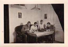 Foto Deutsche Soldaten Beim Essen - 2. WK - 8*5,5cm (35794) - Krieg, Militär