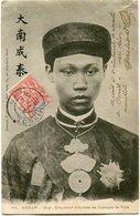 INDOCHINE CARTE POSTALE DE L'ANNAM -HUE -EMPEREUR D'ANNAM EN COSTUME DE VILLE AVEC OBLITERATION HANOI 3 MARS 04 TONKIN - Cartes Postales