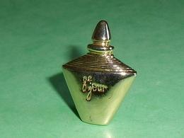 Pin's / Parfums : 8 ème Jour , Yves Rocher   TB1W - Parfums