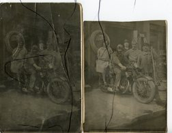 2 CARTES PHOTOS ANIMÉES. CPA. Personnages Assis Sur Une ANCIENNE MOTO. Devanture Magasin De Réparations.Soldat - Photographie