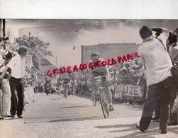 19- CHAUMEIL- CYCLISME- BOL D' OR DES MONEDIERES 1982 - SPRINT FINAL BERNARD HINAULT - PHOTO ORIGINALE LACAN LIMOGES - Sports