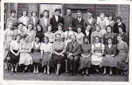 AK Gruppe Junge Leute Mit Erwachsenem - Schulklasse Handelsschule Knittelfeld - Ca. 1950 (35819) - Schulen