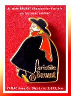 SUPER PIN'S Aristide BRUANT : CHANSONNIER-ECRIVAIN D'après Affiche TOULOUSE LAUTREC (R) ZAMAC Or, 2,8X2,1cm - Personnes Célèbres
