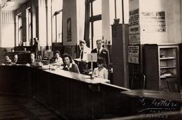Grande Photo Originale Bureau & Guichets D'Employés De Mairie Vers 1940 à Saint-Etienne, Prisonniers Déportés, Rapatriés - Métiers